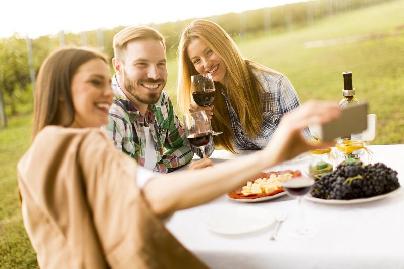Vino e Millennials: esperienzialità e multicanalità guidano i consumi